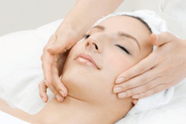 Woman having Esthetic services done