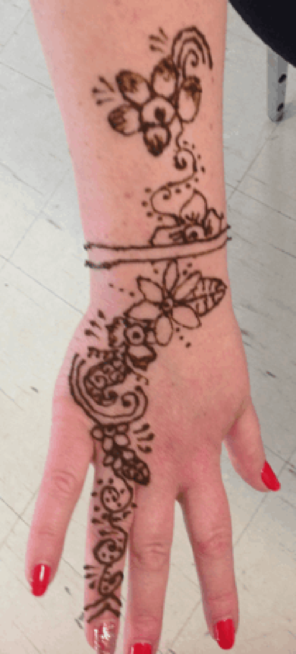 Back of hand and wrist henna 04